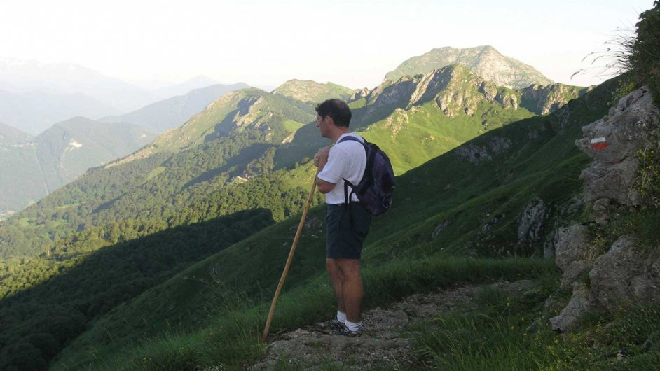 hiker on the way to Saleix pass